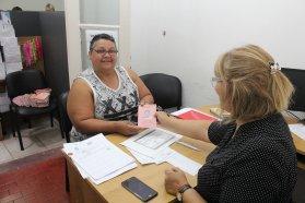 La provincia continúa entregando las libretas de trabajo al personal de casas particulares