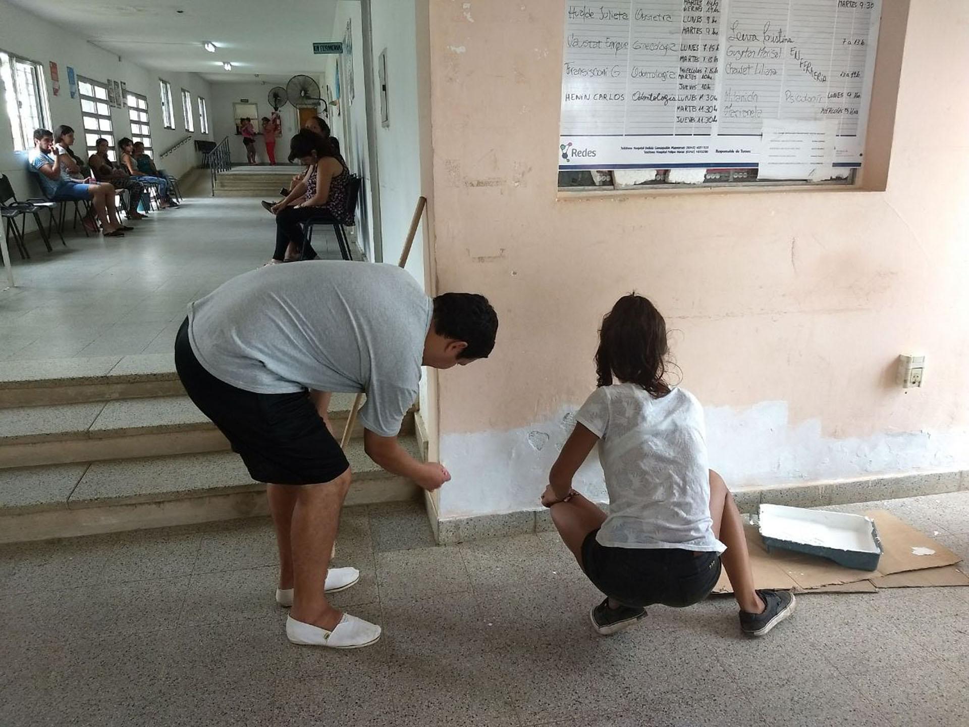 .Jóvenes del programa Cuidadores de la Casa Común realizan mejoras edilicias en el CIC Néstor Kirchner de Concordia.