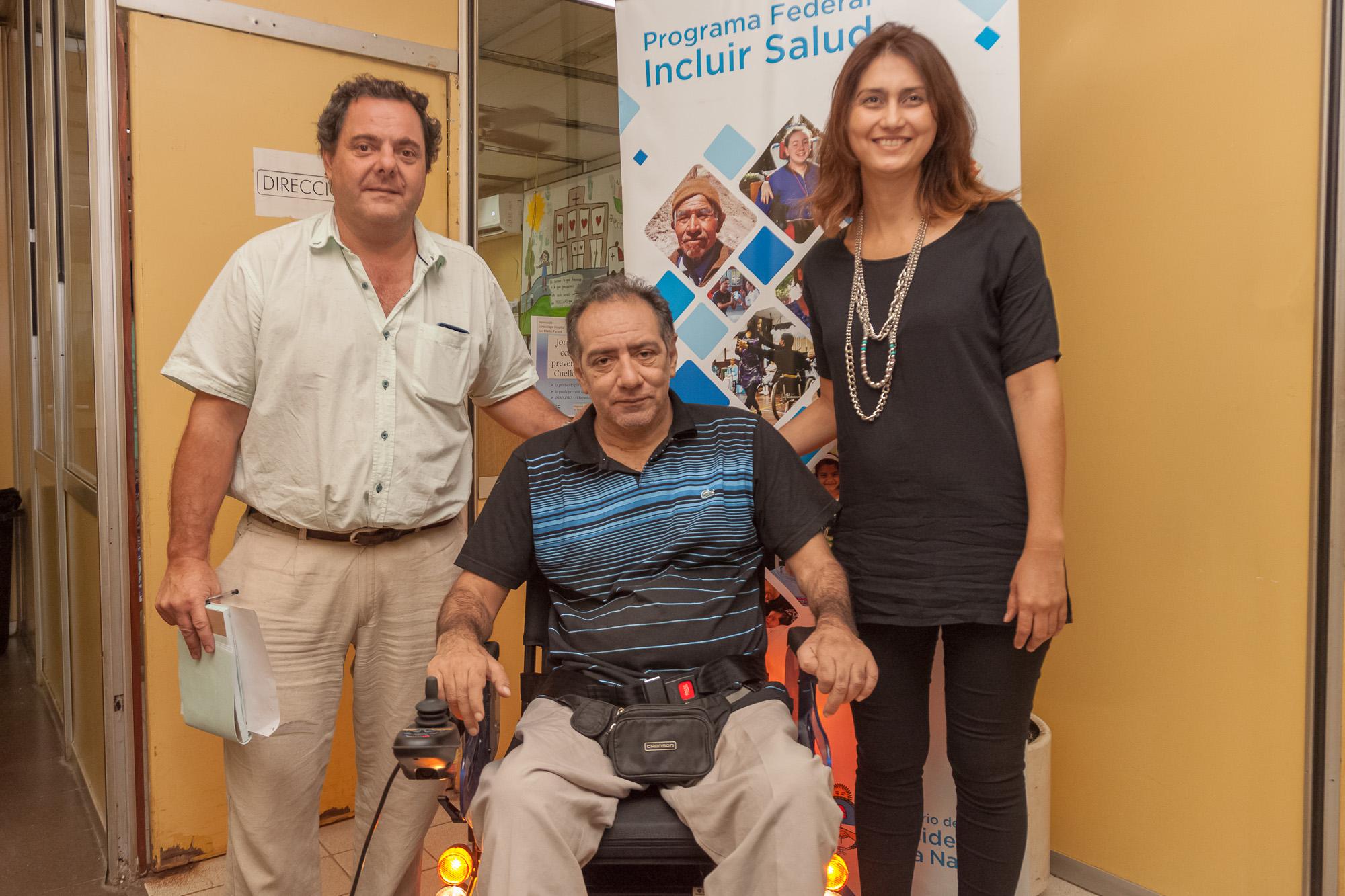 .El gobierno entregó una silla de ruedas motorizada a un beneficiario del Programa Federal Incluir Salud.