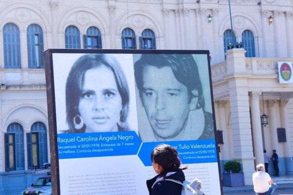 Una muestra en Plaza Mansilla reúne historias de nietos apropiados en la dictadura