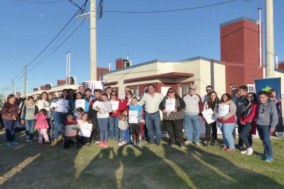 La provincia entregó viviendas y escrituras en Cerrito