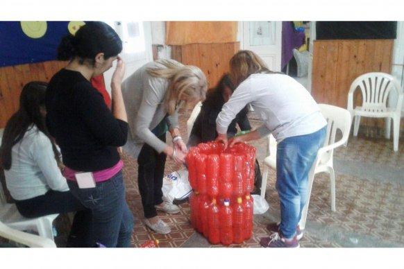 Se realizó un taller de construcción de cestos con materiales recuperados