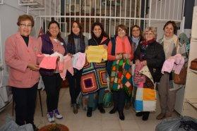 Tejedoras de Cerrito entregaron prendas de lana para los niños en el Hospital San Roque
