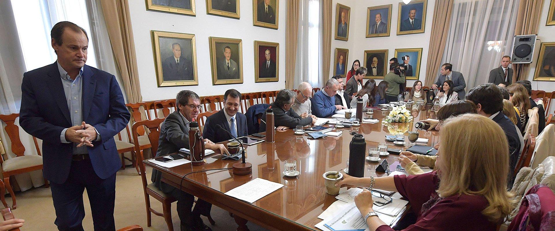 - El gobernador Gustavo Bordet firmó los decretos para iniciar las obras de restauración y ampliación de dos escuelas en Gualeguay y Gualeguaychú, y del colector cloacal y lagunas de tratamiento en Feliciano; La inversión provincial supera los 48 millones de pesos