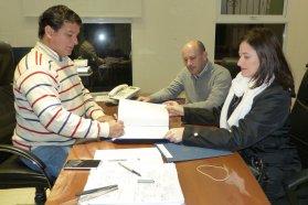 Para construir nuevas viviendas con recursos provinciales en Lucas González se firmó el contrato de obra
