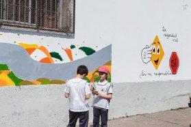 Alumnos, padres, docentes y trabajadores pintan murales sobre seguridad vial