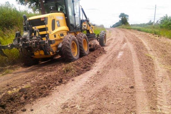 Reconstruyen caminos afectados por las lluvias en el departamento Diamante