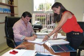 Rubricaron contrato para construir nuevas viviendas en La Criolla  con recursos provinciales