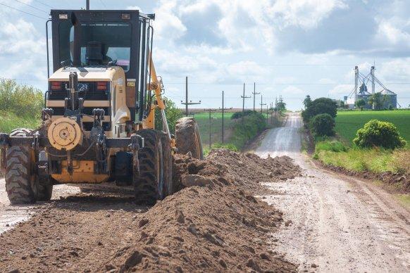 Vialidad trabaja en el mantenimiento de los caminos productivos en los departamentos de la provincia