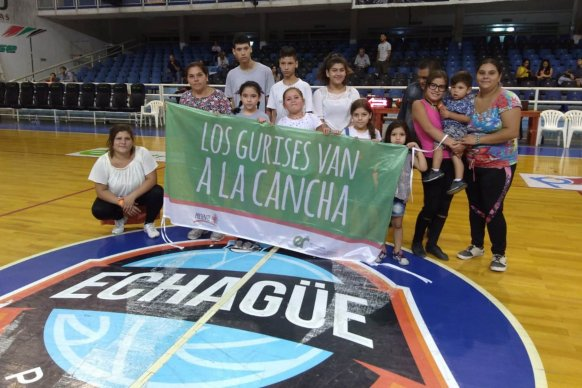 Niños paranaenses presenciaron un partido de básquet  en el marco del programa Los Gurises van a la Cancha
