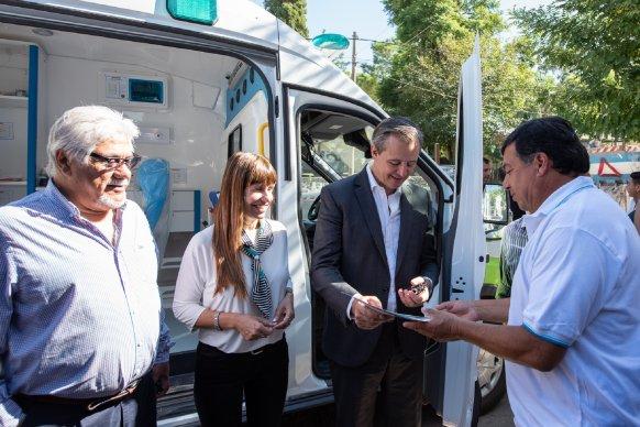 Bahl entregó una ambulancia y recorrió obras en Bajada Grande