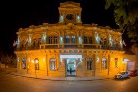 Se instalaron las luces ornamentales en la restaurada Departamental de Policía de La Paz