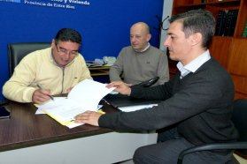 Se rubricó el contrato para construir 10 nuevas viviendas en Aldea San Antonio