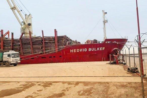Partió otro buque con madera de pino con destino a China