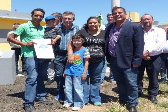 Familias de San Salvador recibieron su casa propia financiada por la provincia