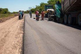 Comenzó la colocación de asfalto en el acceso oeste a Enrique Carbó