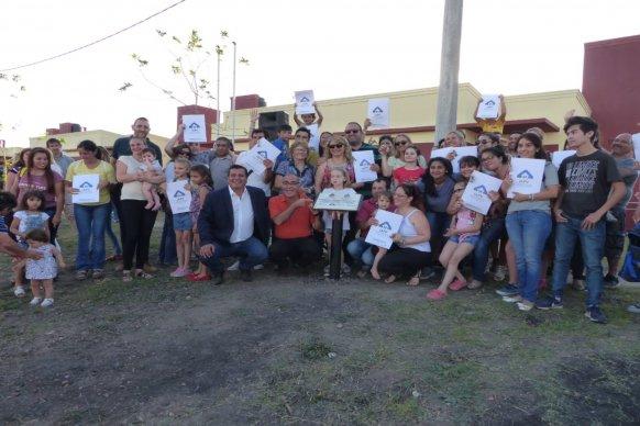 Accedieron a su casa propia 80 familias de docentes de Concepción del Uruguay