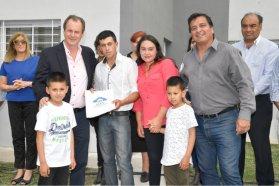 La provincia rubricó convenio para construir nuevas viviendas en Gualeguaychú y Viale con recursos propios