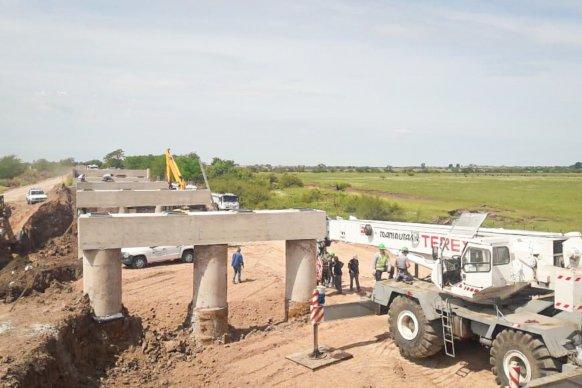 Comenzó la colocación de vigas principales en los puentes sobre arroyo Don Cristóbal en el departamento Nogoyá