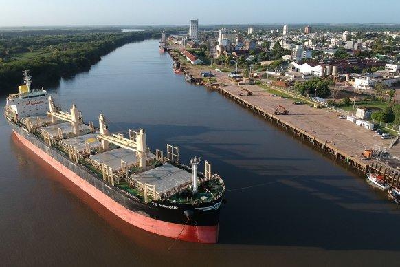 Ingresó otro ultramarino al puerto de Concepción del Uruguay