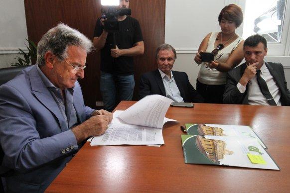 La provincia firmó convenios de transporte con seis municipios