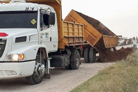 Vialidad trabaja en la reposición de ripio en el acceso a Puerto Curtiembre