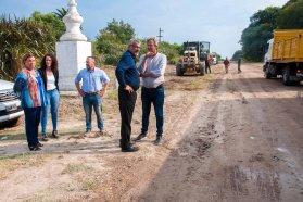 Vialidad trabaja en la reposición de ripio en un camino de la escuela Alberdi