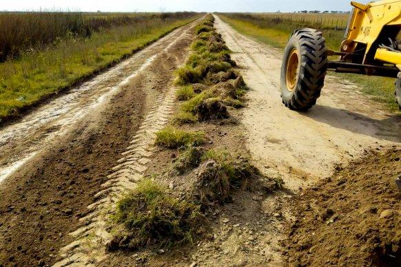 Vialidad trabaja en la recuperación de caminos rurales en el departamento Islas
