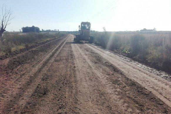 Se realizan tareas de mantenimiento en caminos productivos del departamento Colón