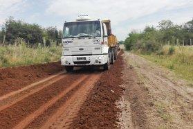 Reconstruyen y consolidan caminos productivos del departamento Colón