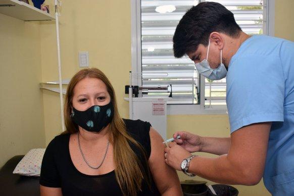 Vacunan a personal de centros de salud contra el Covid-19