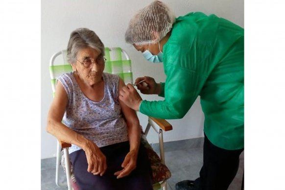 Continúa a buen ritmo la vacunación a adultos mayores en la provincia contra el coronavirus