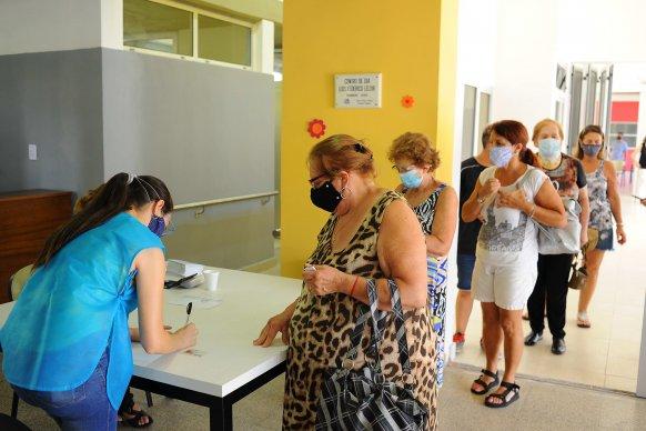 Con satisfacción personas mayores de 70 años comenzaron a vacunarse contra el Covid en Paraná