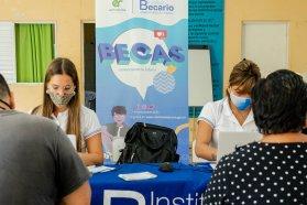 El Becario continúa atendiendo a estudiantes con su equipo móvil en el territorio