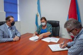 Firman convenio para la ejecución de la obra de ensanche y repavimentación de Crisólogo Larralde