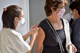 Este lunes vacunarán sin turno con la primera dosis a mayores de 70 años