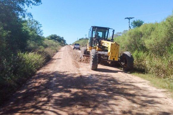 Trabajan en el mantenimiento del camino productivo a Puerto Algarrobo en el departamento La Paz