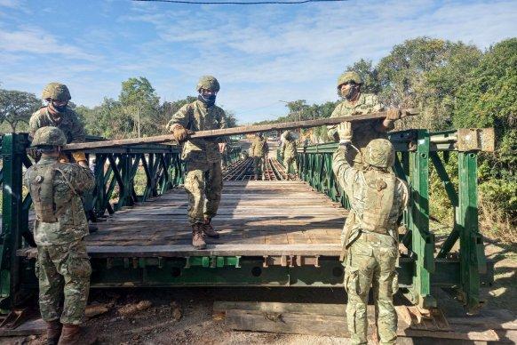 Colocan puente Bailey en zona de Piedras Blancas afectada por las lluvias