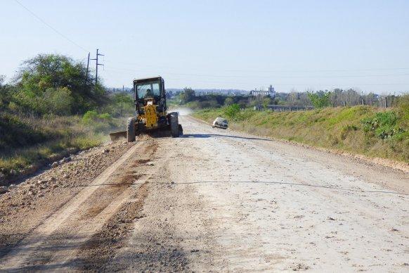 Mejoran la transitabilidad en un camino productivo del departamento Nogoya