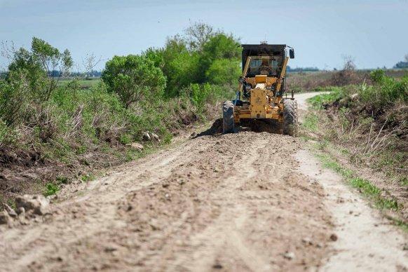 Trabajan en la reposición de material calcáreo sobre un camino productivo del departamento Paraná