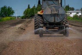 Trabajan en el enripiado de un camino de uso productivo en Arroyo Burgos