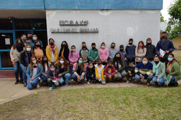 Docentes y alumnos reciben educación alimentaria en escuelas Nina a través de talleres de huerta